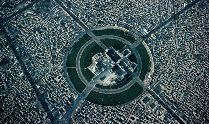 An aerial view of the Imam Reza Shrine photographed on 22 September 1977 by Georg Gerster. The neighborhoods surrounding the shrine were demolished in the 1960s.