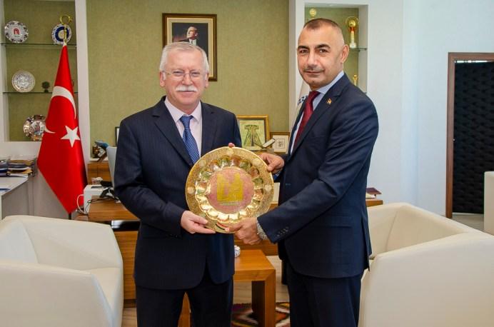 DSC 4870 - Irak Büyükelçiliği Kültür Müsteşarından Rektör Alişarlı'ya Ziyaret