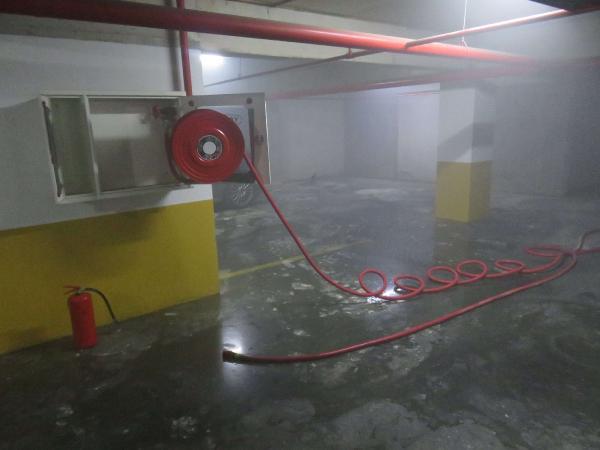 Ümraniye'de kapalı otoparktaki otomobil yandı! Sitede büyük panik