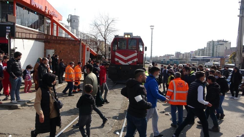 Diyarbakır'da tren otomobile çarptı