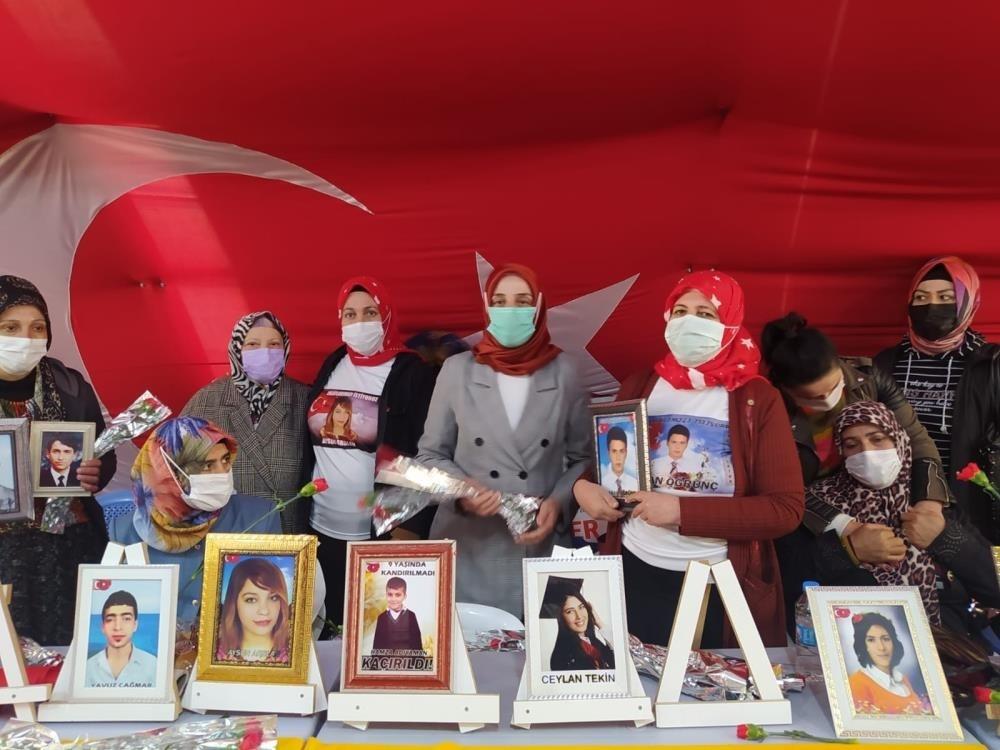MHP'li kadınlardan evlat nöbetindeki ailelere 8 Mart ziyareti