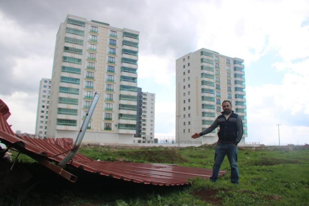 Diyarbakır'da şiddetli rüzgar 1 tonluk çatıyı uçurdu