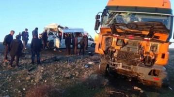 Diyarbakır'da TIR ile minibüs çarpıştı: 1 ölü, 19 yaralı