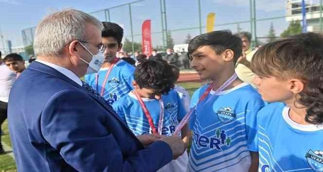 UYAFA seçmelerinde dereceye giren sporculara Vali Karaloğlu kupalarını verdi