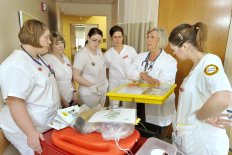 Clinical instructor Betsy Moorhouse (second from right) reviews the contents of a pediatric code cart with her nursing students at Miles Memorial Hospital in Damariscotta, Maine. Photo © Getty Images.