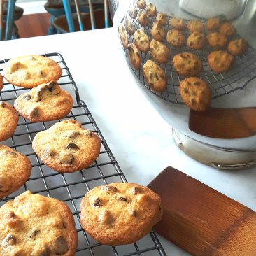 chocolate chip cookies stay crispy on a cooling rack