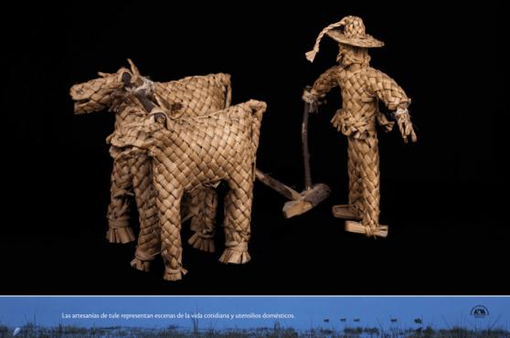 Las artesanías de tule representan escenas de la vida cotidiana y utensilios domésticos