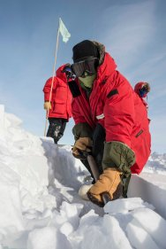 It is necessary to be able to dig our snow blocks from underneath after we have cut (sawed) them from above. Here, I am grooming the edge of the quarry so that we can easily access blocks from the side and break them from underneath. © A. Padilla