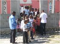 Depois da missa, todas as crianças saíram e fizeram uma grande fila em direção a casa de Pierre para brincar e tomar um café
