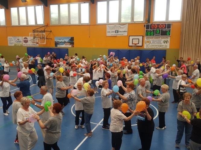 Prop de 300 persones participen en la celebració de fi de curs de les classes de gimnàstica de la gent gran a Badalona
