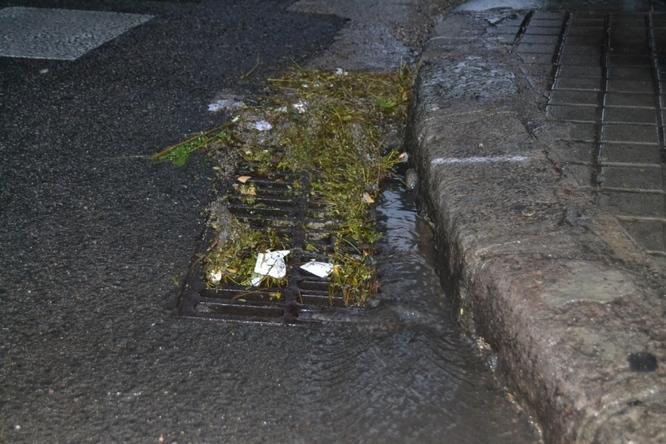 L'Ajuntament intensifica els treballs de neteja i manteniment d'embornals i clavegueram per reduir l'impacte dels episodis forts de pluja