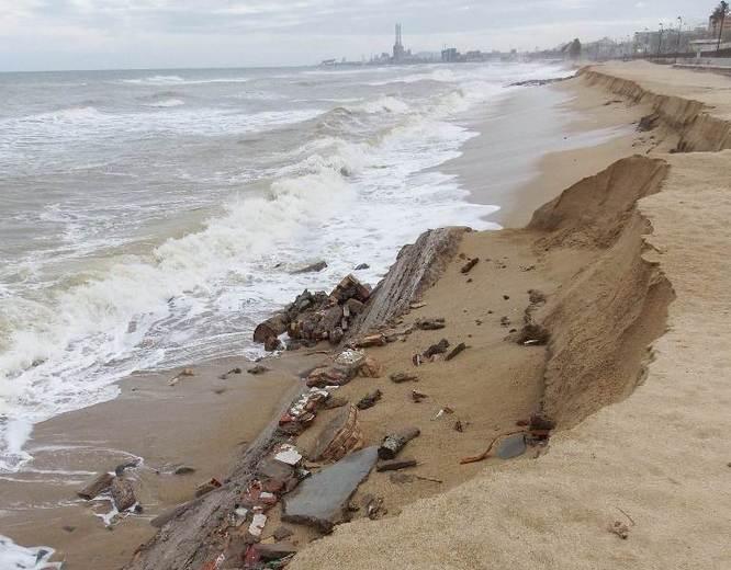 El temporal dels darrers dies deixa al descobert les restes d'antigues edificacions a la platja de la Barca Maria de Badalona