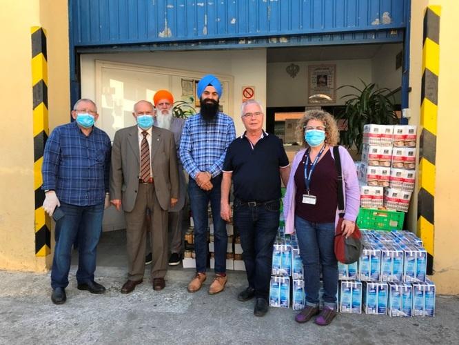 La comunitat sikh de Badalona lliura un lot d'aliments a l'Associació Social Amics del Gorg-Mar per distribuir-los entre famílies de la ciutat que són ateses pels Serveis Socials de l'Ajuntament