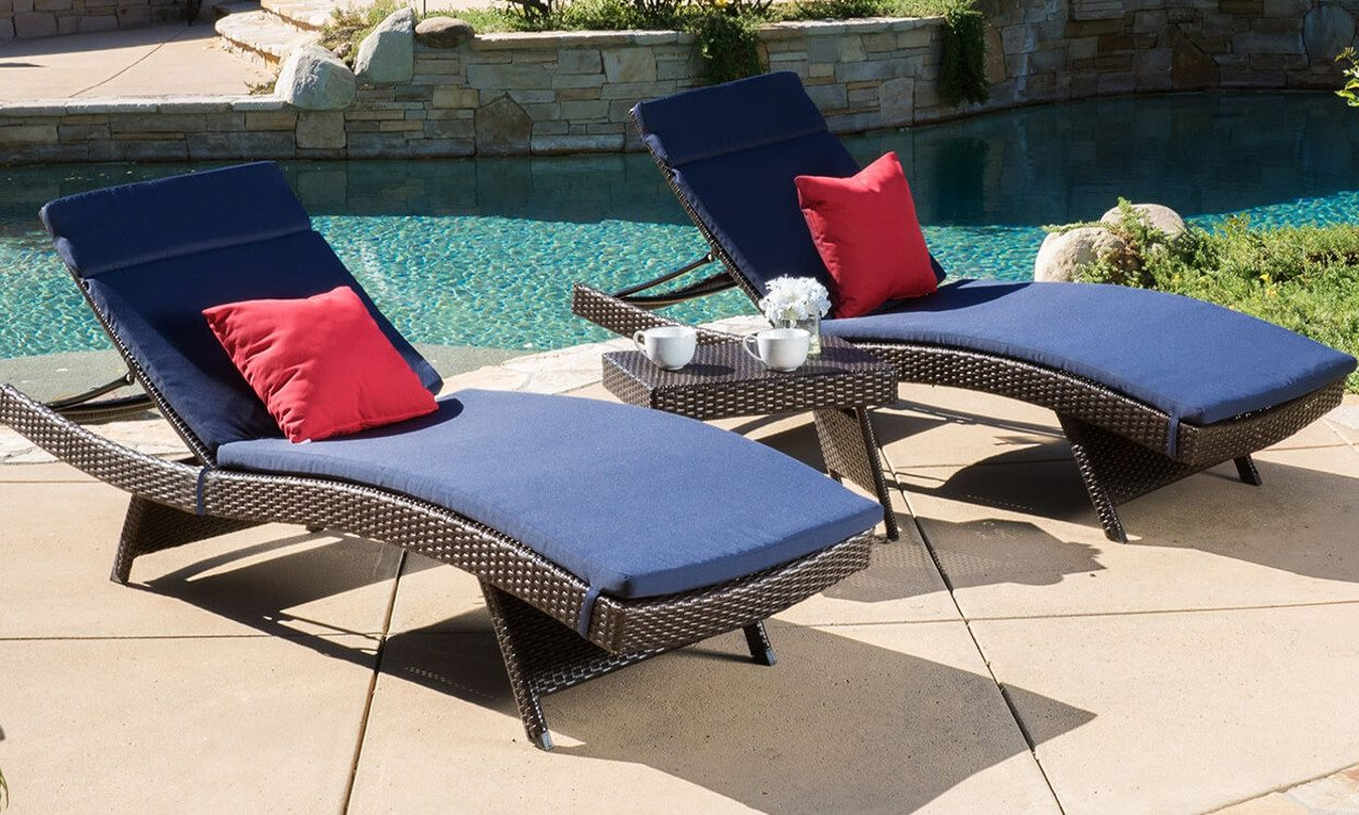 5 types of pool furniture for a