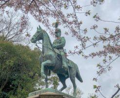 小松宮彰仁親王像と桜
