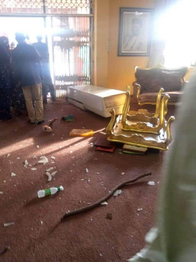 Ogbomosho kings palace vandalized by angry youths after three were killed during #EndSARS protest lindaikejisblog 3
