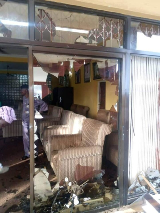 Ogbomosho kings palace vandalized by angry youths after three were killed during #EndSARS protest lindaikejisblog