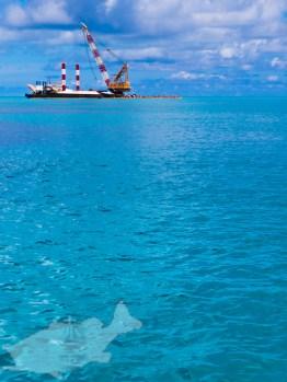 マリンブルーの海に浮かぶ浚渫船