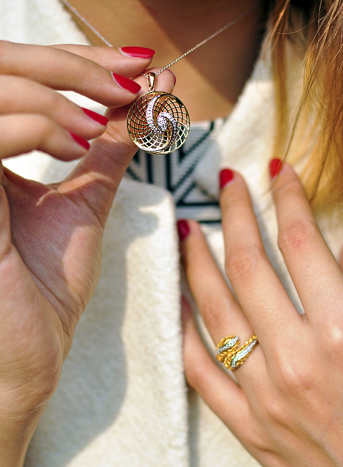 BeeJewelled - CaratLane | Akanksha Redhu | wearing pendant holding in front