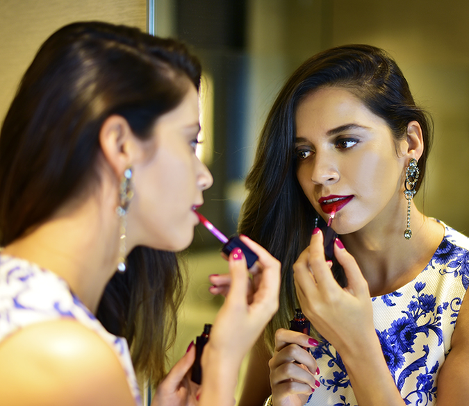 #BornFromColor | Estée Lauder | Akanksha Redhu | applying lip gloss in mirror