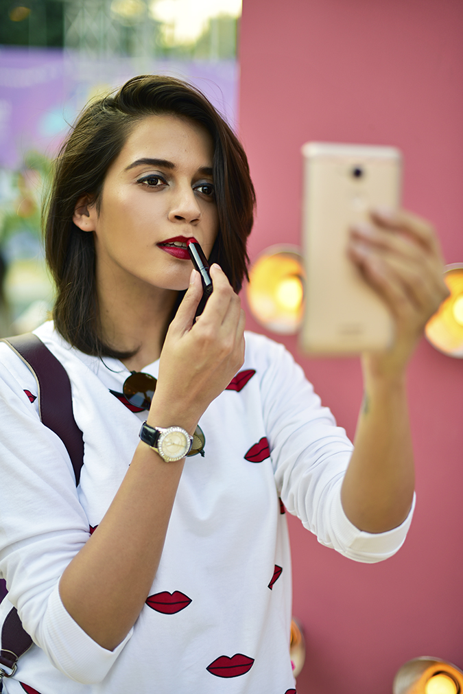 Coolpad India | Akanksha Redhu | applying lipstick