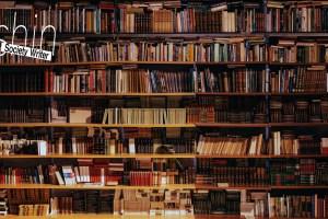 ぎっしり本が並んだ壁面の書棚