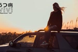 車の上に乗る女性