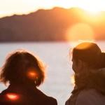 海を見つめる2人の女性
