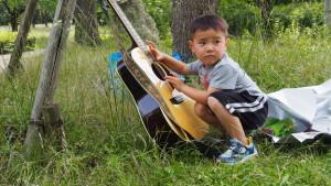ギターをこっそり触る少年