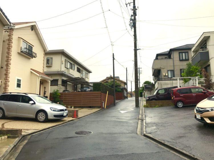雨の住宅街。