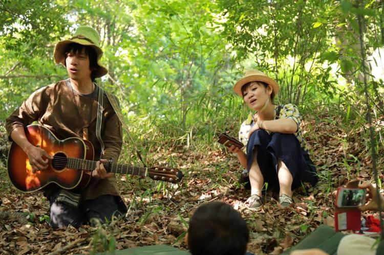 歌う二人。