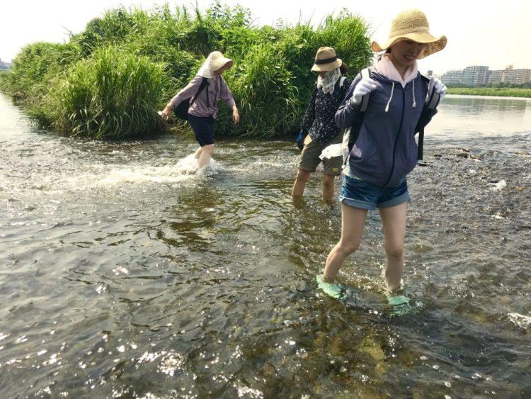 川を渡る。