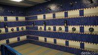 Kamar mandi untuk pemain di ruang ganti Real Madrid.