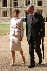 Gaya Melania Trump Pakai Setelan Dior Saat Temui Ratu Elizabeth Pertama Kali