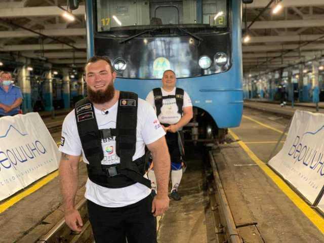 В Украине стронгмены установили рекорд по перетягиванию поезда метро (фото, видео)