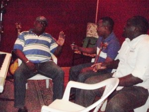Budi, Kaka Boney et Roméo au Studio de Budi. @ Photo Béni NKOMERWA