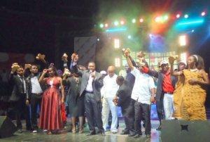 La photo de tous les gagnants : Kidum(au milieu,tout en blanc), Emelance (extreme droite,en habit traditionnel)-www.akeza.net