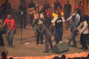 Moment d'allégresse , le public rejoint les chanteurs sur scène (www.akeza.net)