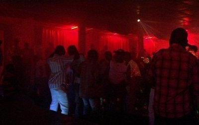 Ambiance à fond à l'Olympia Night Club (www.akeza.net)