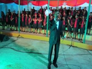 Tony , président de la chorale lors de son allocution (www.akeza.net)