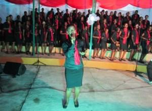 Une choriste sort des rangs , le temps d'un solo (www.akeza.net )