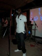 Vivi , le leader de Sikiliza Band sur la scène de la VRB (www.akeza.net)