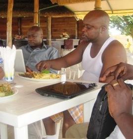 Kidum déjeunant au Penninsula Gospel beach. A sa droite: Aron N'tunga @ Photo: Akeza.net