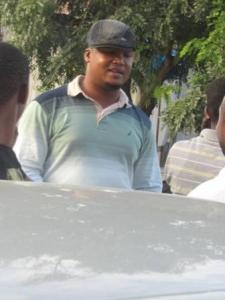 Le meilleur ami de Steven Kanumba. Vincent Kigosi, lui aussi acteur et réalisateur tanzanien. Ici c'est à son arrivé au domicile de soSteven Kanumba juste après la mort de ce dernier.