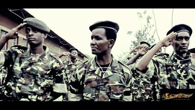JIJI 7 entouré de Typson Kebes et Lionnel en tenue militaires (www.akeza.net)