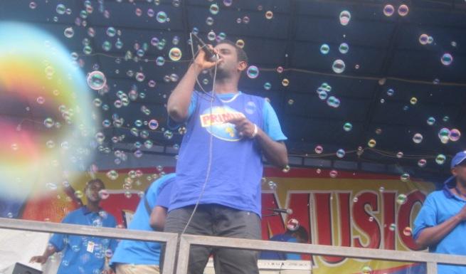 Yoya sur scène pour le compte de la tournée Primusic (www.akeza.net)