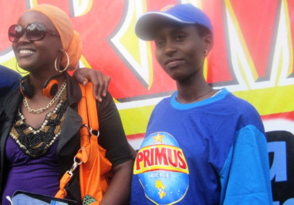Aletha Irangabiye (à gauche) pose à coté de DJ Ashanti (www.akeza.net)