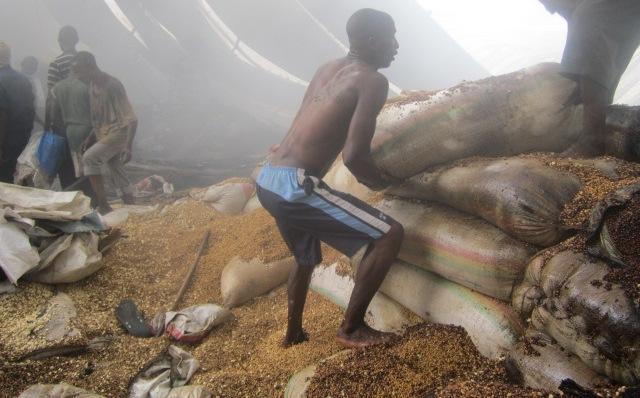 Incendie au marché Central de Bujumbura : des sacs de vivres brulés. Regardez ...(www.akeza.net)