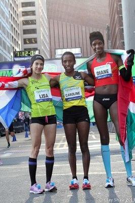 Diane Nukuri Johnson , 2nde au semi marthon de New York avec deux autres concourrantes(www.akeza.net)