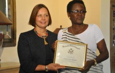 Mme Christine NTAHE prend la pause avec l'ambassadrice des États-Unis au Burundi (www.akeza.net)